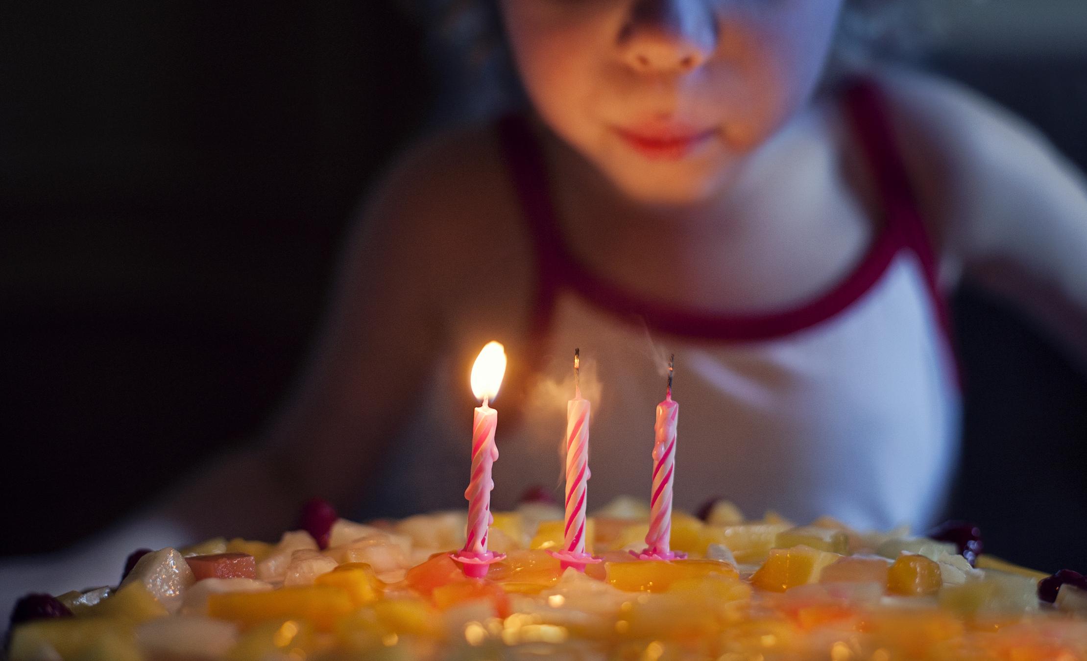 Un copil de 3 ani a murit de ziua lui de naștere, după ce s-a împușcat accidental. Unde a găsit arma