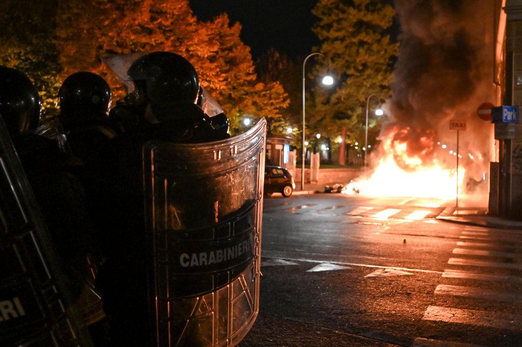 Proteste de amploare în Italia, după ce s-au impus noi restricții în contextul crizei sanitare. GALERIE FOTO
