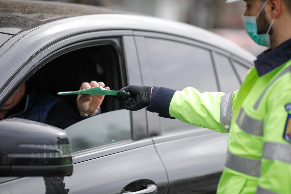 """Amenda uriașă primită de un șofer care a aruncat un chiștoc pe geamul mașinii. """"Vorbiți serios?"""""""