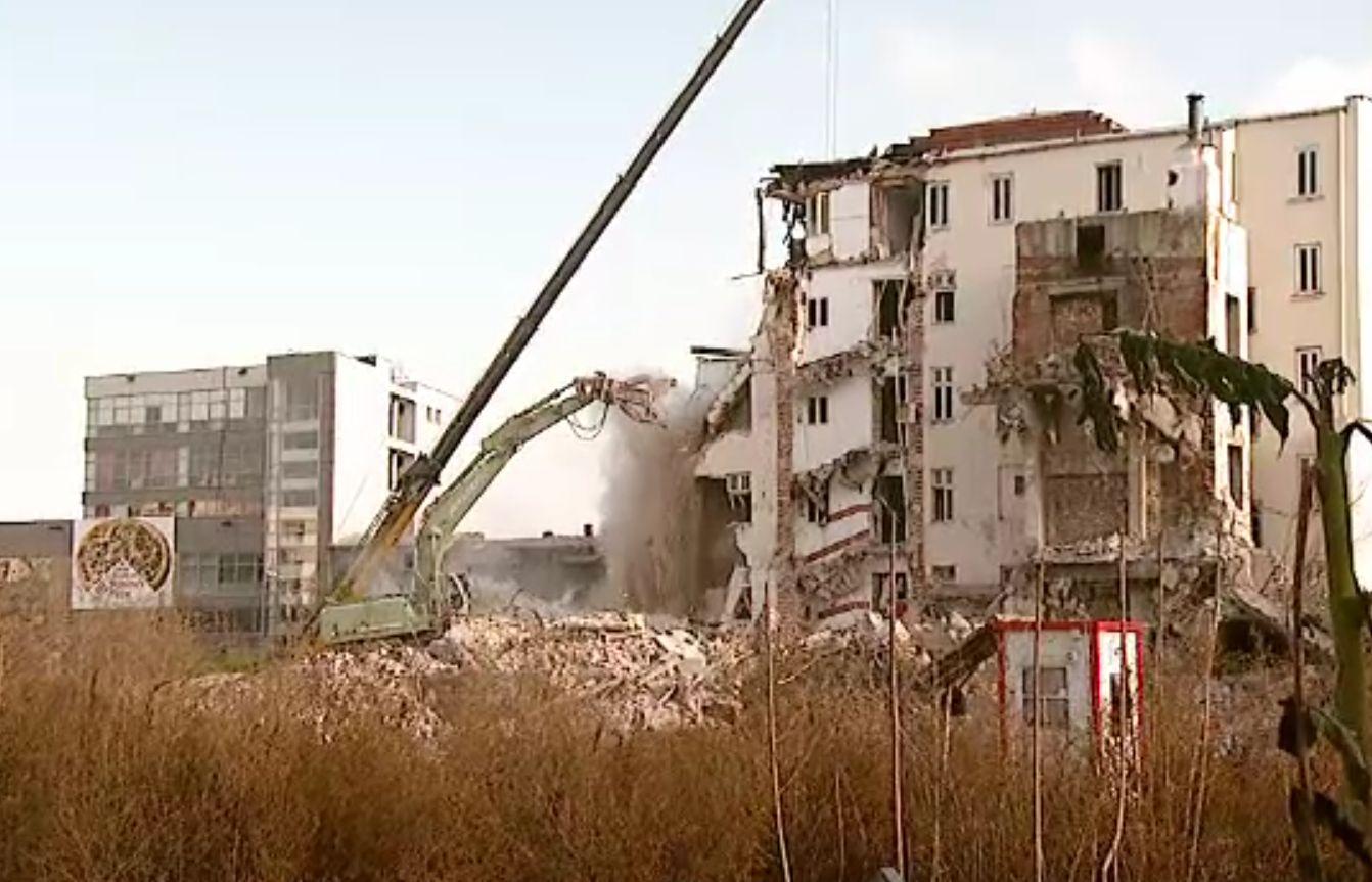 În Azuga, Primăria a decis supraimpozitarea unor imobile părăginite. Proprietarul a decis să le demoleze
