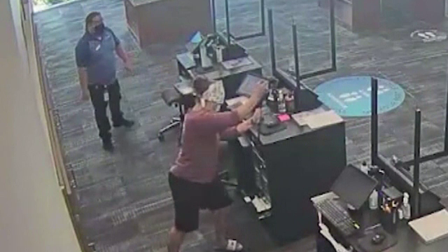 O femeie a intrat cu ranga într-un centru comercial, pentru a-și lua banii înapoi. Ce a urmat