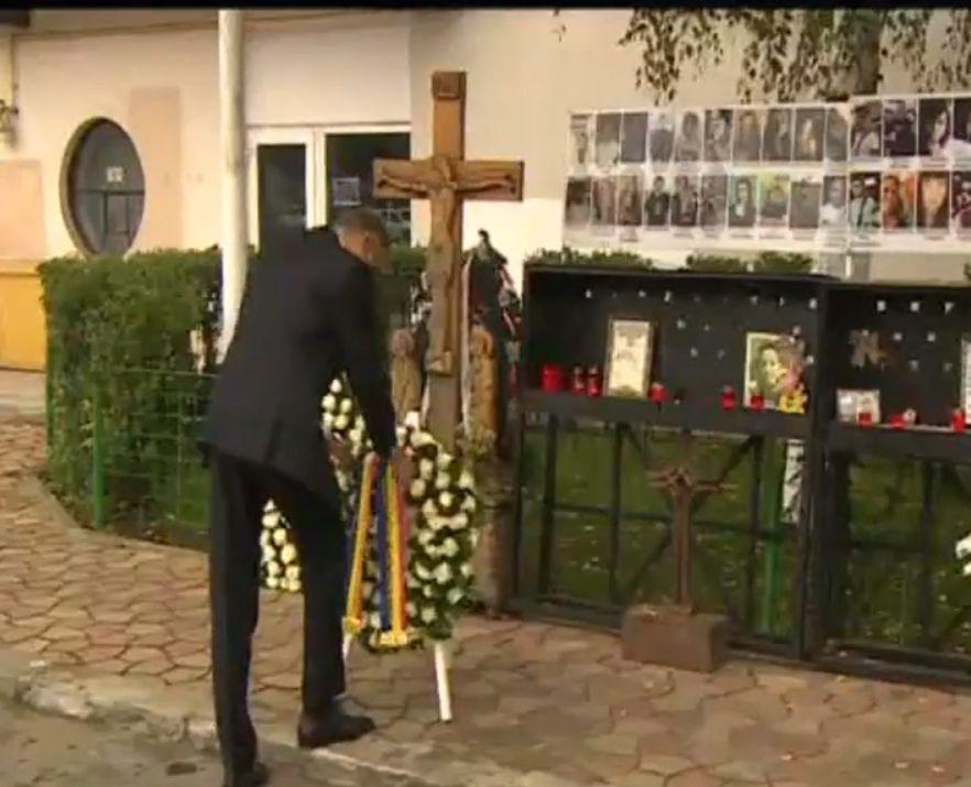 Cinci ani de la Colectiv. Președintele Klaus Iohannis a aprins o candelă și a depus o coroană în memoria victimelor