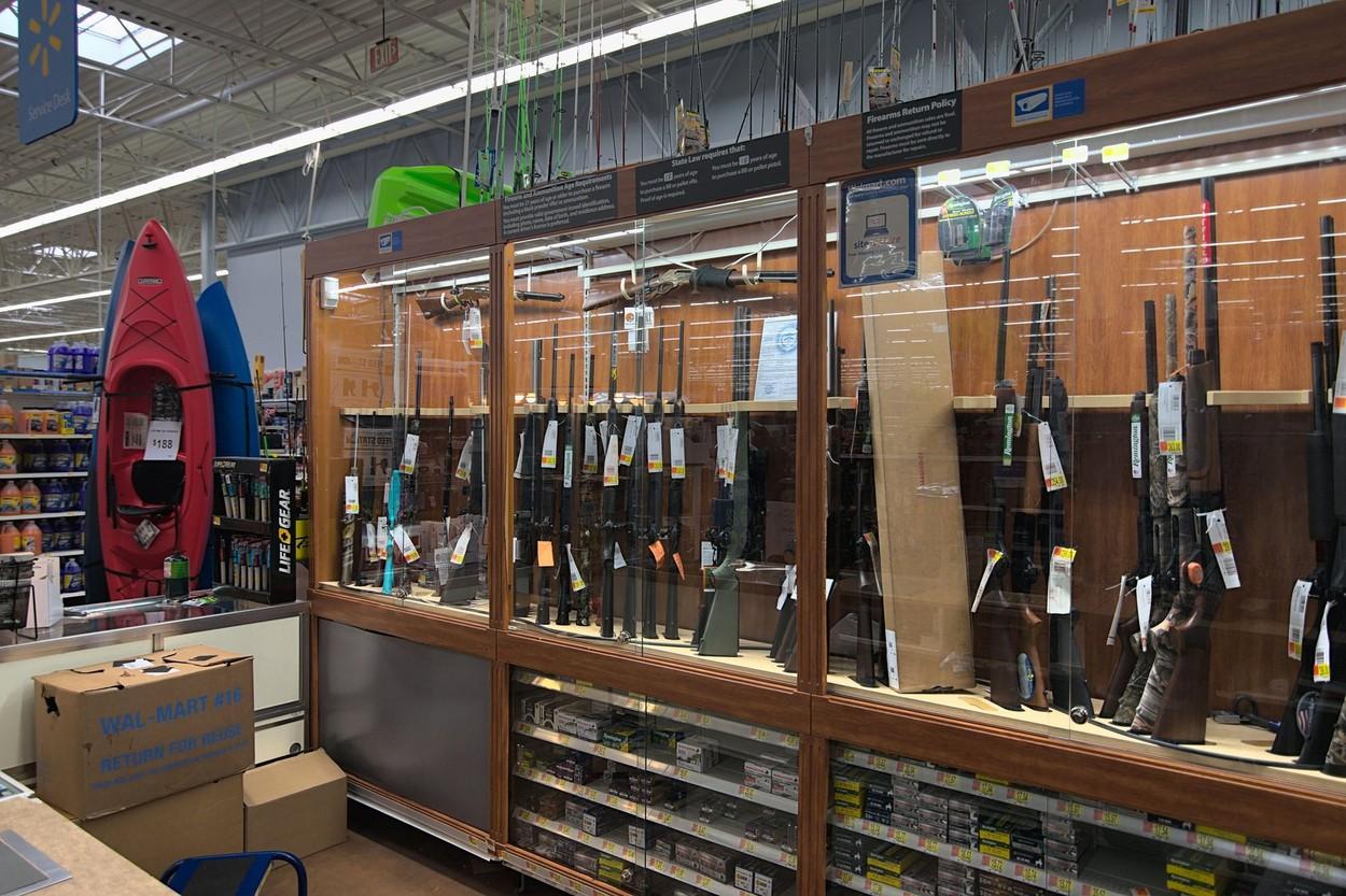 Walmart retrage armele şi muniţia din raioanele magazinelor din SUA, după violenţele din Philadelphia