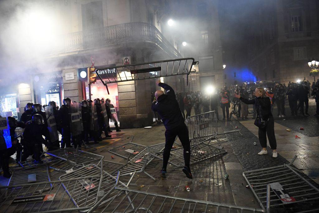 Manifestații împotriva restricțiilor la Barcelona. Ciocniri violente între protestatari şi poliţişti