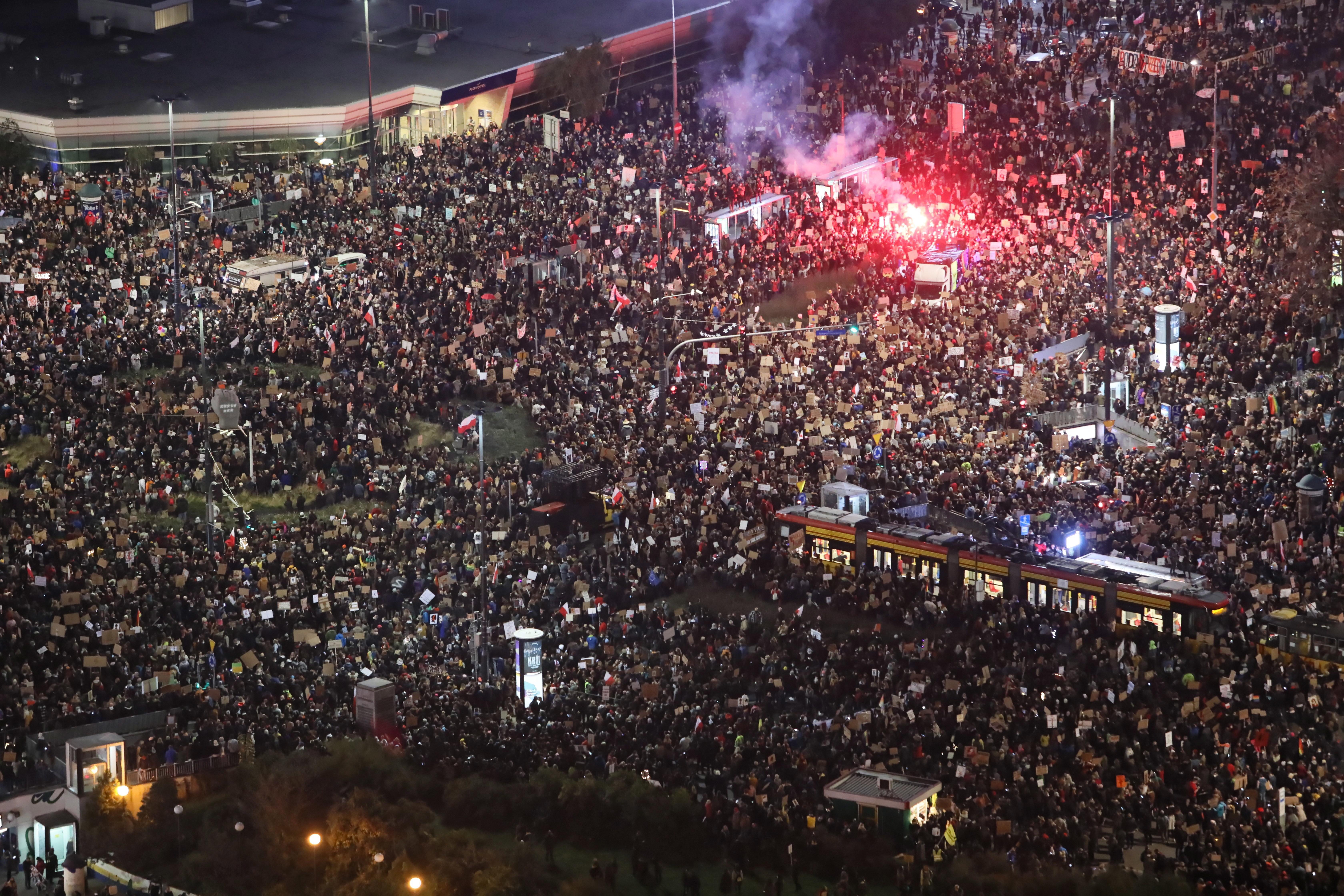 Proteste masive în Polonia față de interzicerea avortului. Zeci de mii de oameni, în stradă