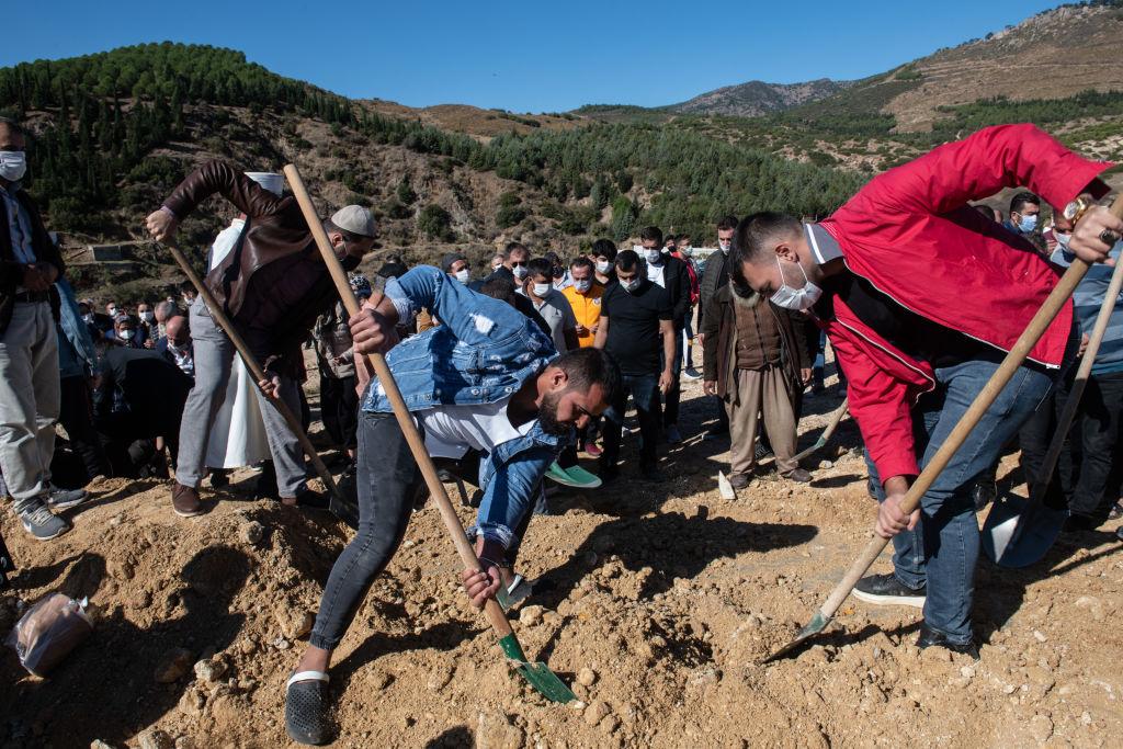După aproape 30 de ore de la cutremur, echipele de salvare din Turcia caută supraviețuitori printre ruine