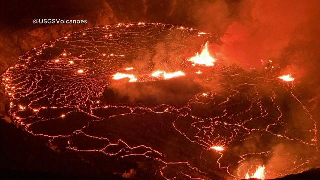 Jeturile de lavă produse de vulcanul Kilauea din Hawaii au atins înălţimea unei clădiri cu 5 etaje