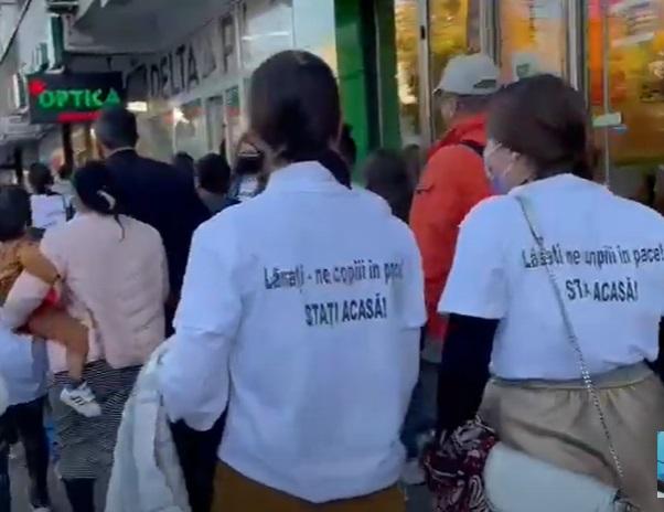 Tensiuni la marșul Pride de la Iași. Mai multe persoane au venit cu icoane și au aruncat cu agheasmă: