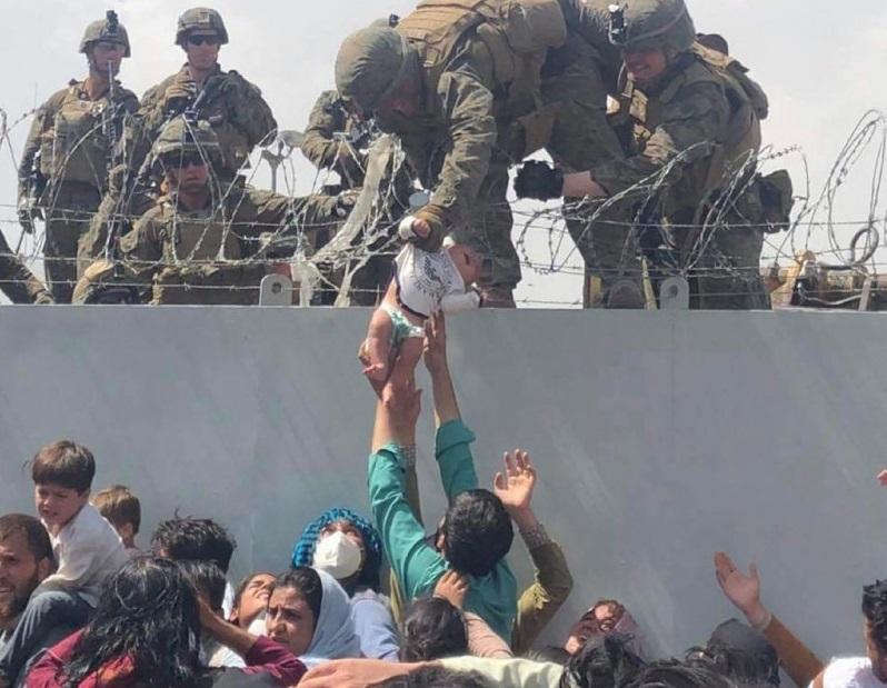 Ce s-a întâmplat cu fetița salvată de soldații americani, în Kabul. A fost scoasă din mulțime peste un gard ghimpat