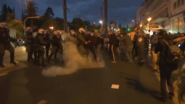 Proteste violente în Grecia, din cauza noii legi a educației. S-au folosit gaze lacrimogene