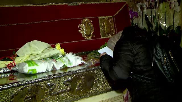 Credincioșii fac deja cozi la Sf. Parascheva.