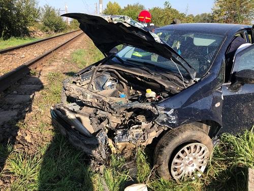 """Orbit de razele soarelui, un șofer a intrat direct într-un utilaj CFR. """"A avut mare noroc. Am crezut că l-am omorât""""."""