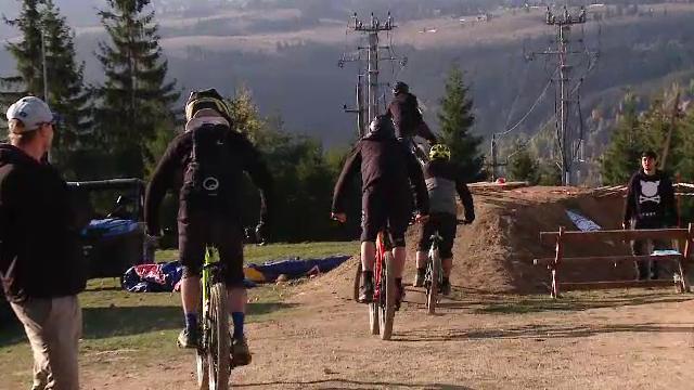 Premieră națională la Cluj. Peste 100 de persoane au coborât de pe munte cu biciclete fără lanț