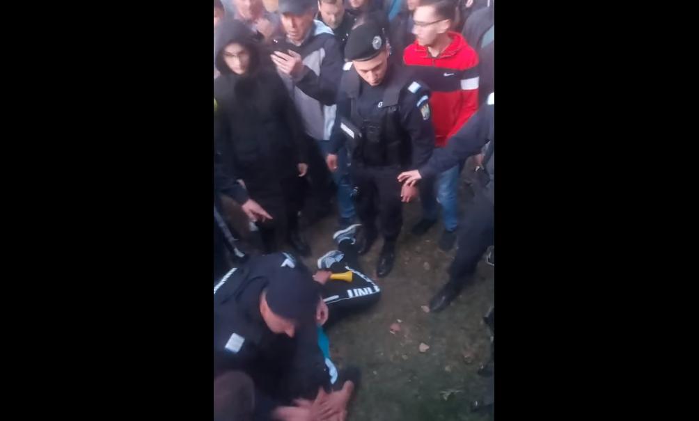 Protest față de restricții și vaccinare, la Rădăuţi. Jandarmii au folosit spray lacrimogen. VIDEO