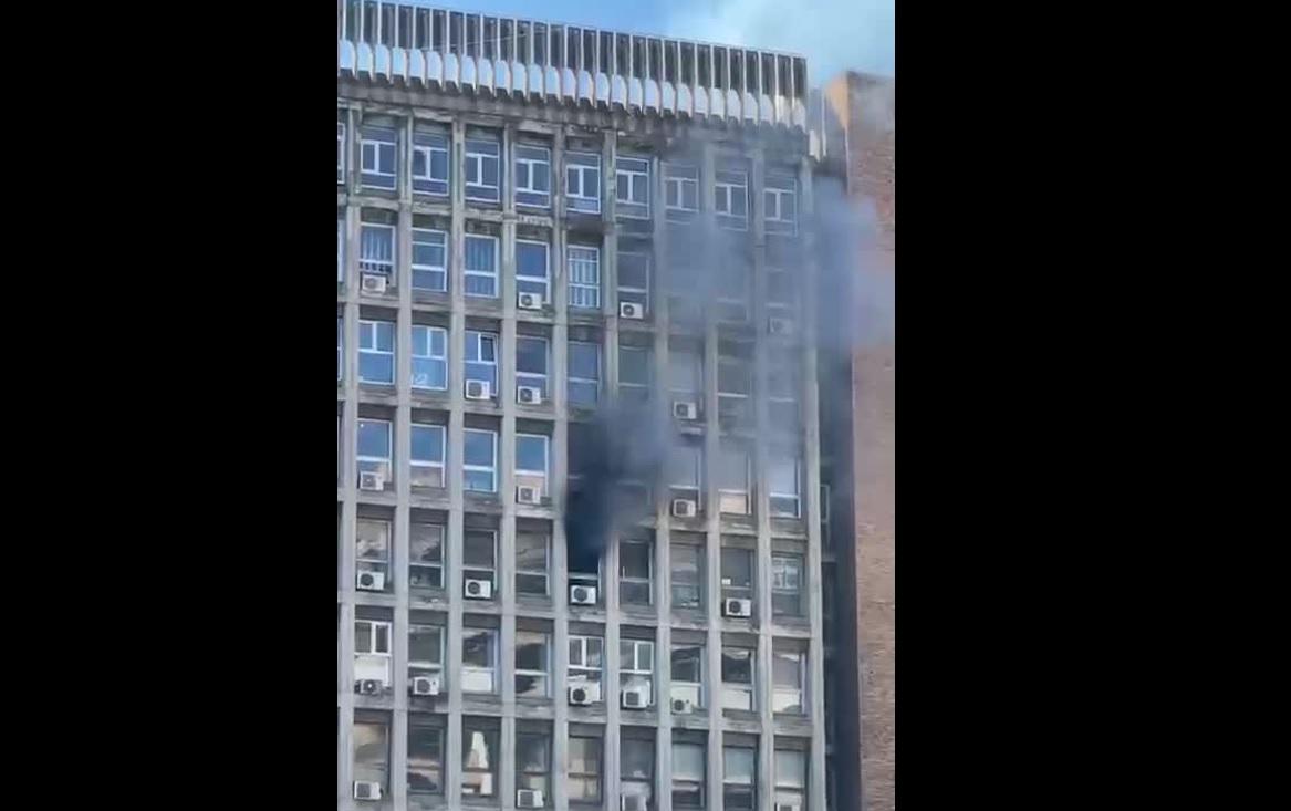 Un incendiu puternic s-a produs la o clădire în care se află și birourile Agenției Naționale de Cadastru din București