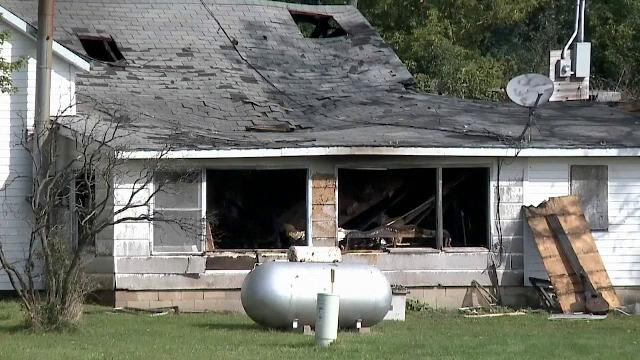 Eroul care a salvat două persoane dintr-o casă în flăcări. Totul a fost filmat