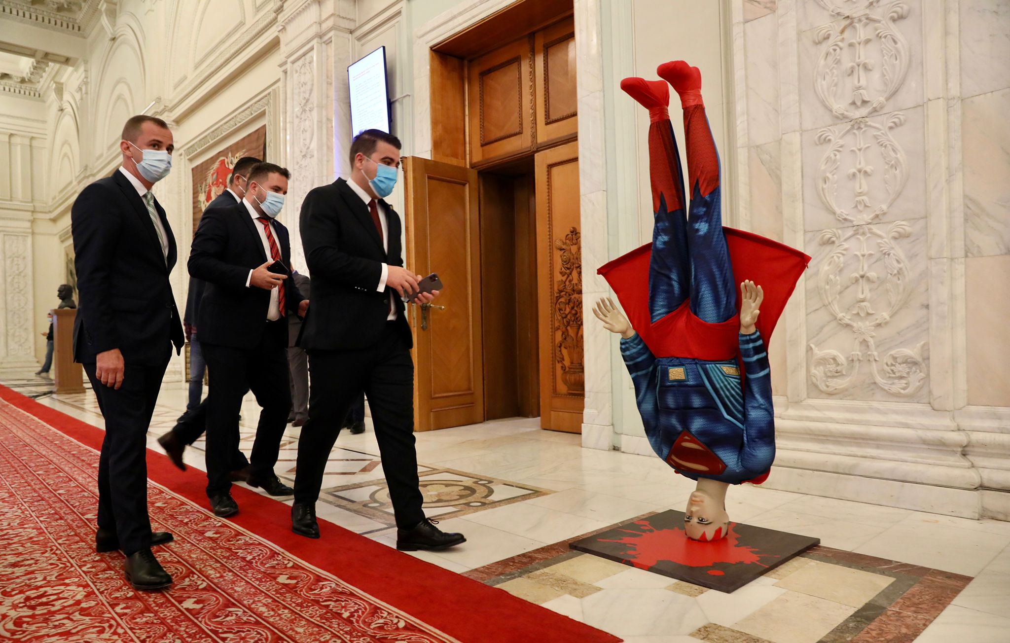 Machetă cu Superman prăbusindu-se, adusă de PSD la intrarea în sala de plen a Parlamentului