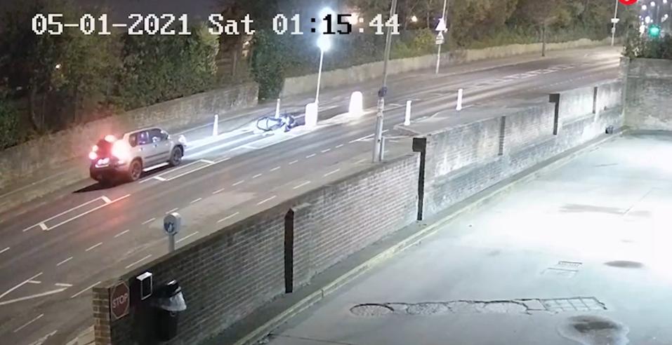 VIDEO Momentul în care un tânăr își înscenează propriul accident. Camerele de supraveghere au surprins totul