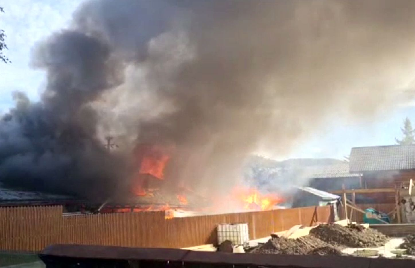 Un bătrân, salvat dintr-un incendiu de un polițist care trecea întâmplător prin fața casei cuprinse de flăcări