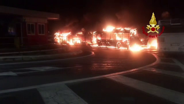 26 de autobuze, cuprinse de flăcări la Roma. Anchetatorii nu exclud ipoteza unei mâini criminale