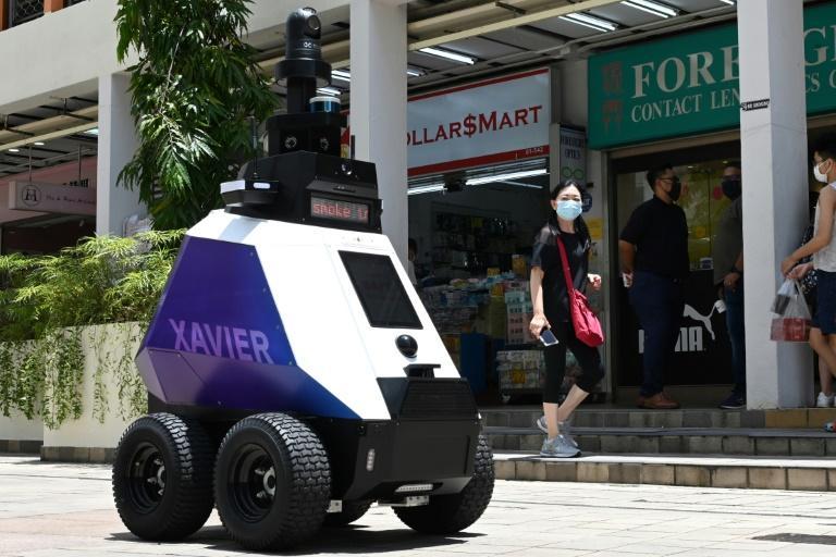 Singapore testează roboţi pentru patrularea străzilor, stârnind temeri legate de o supraveghere exacerbată