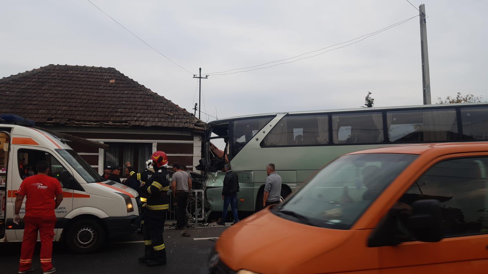 Un TIR a lovit un autocar în care se aflau 20 persoane. 12 persoane au fost rănite, două se află în gravă