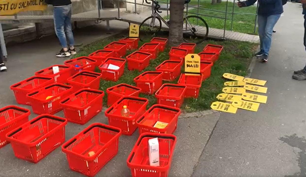 Protest cu zeci de coșuri de cumpărături, în fața ministerului Muncii: Cu salariul minim nu trăim, abia supravieţuim. VIDEO