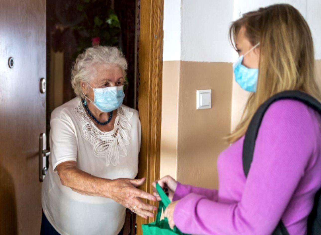 Tot mai multe badante pleacă din Italia, pentru că refuză vaccinarea. Sunt cam un milion de românce care îngrijesc bătrâni
