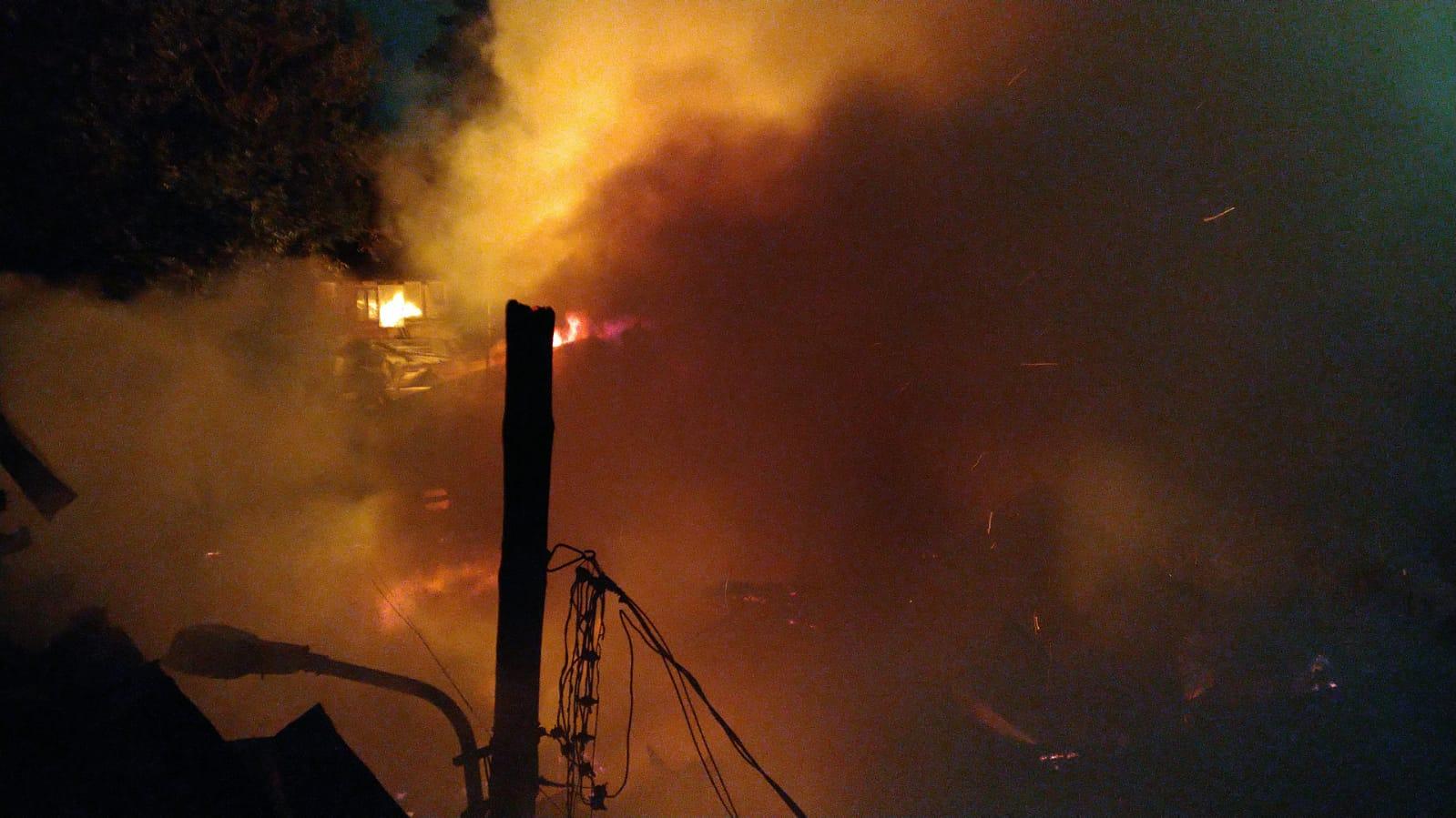 Incendiu puternic în București. Trei case au fost mistuite de flăcări