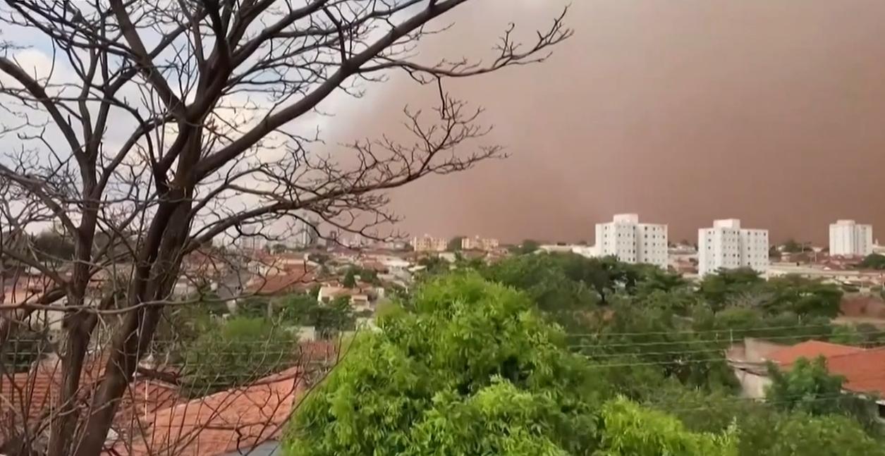 VIDEO Furtuni violente de nisip, în Brazilia. Cel puțin șase persoane au murit