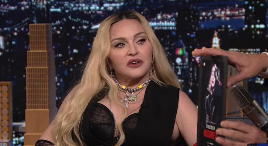 VIDEO Madonna s-a urcat pe biroul lui Jimmy Fallon și și-a ridicat rochia în direct. Reacția prezentatorului