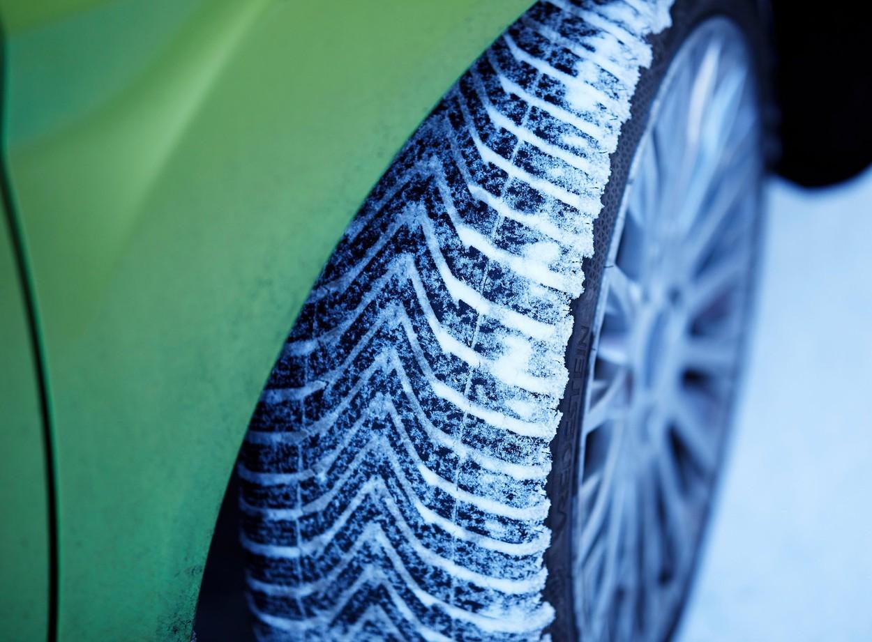 De când devin obligatorii anvelopele de iarnă și ce amenzi riscă șoferii. Anunțul făcut de Poliția Română