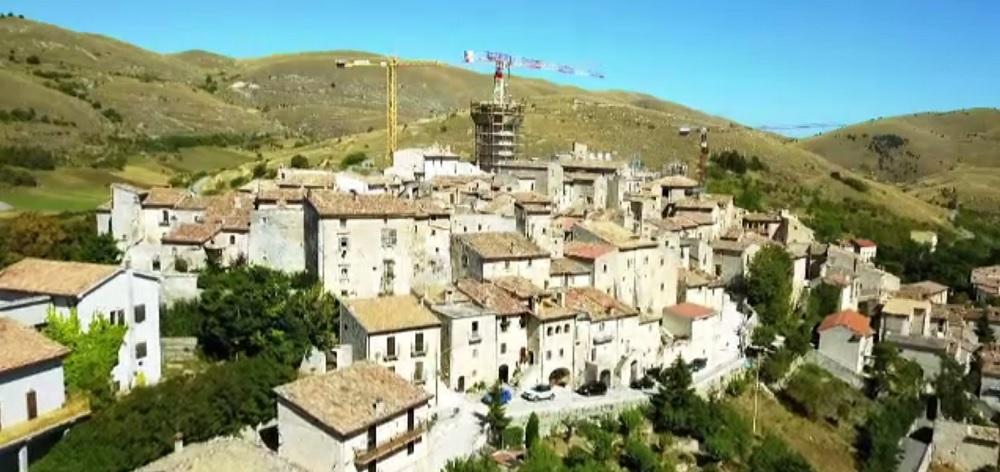 Un bărbat a transformat un sat părăsit din Italia într-un complex impresionant. Turiștii au luat cu asalt zona
