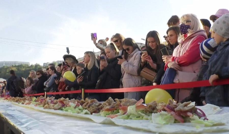 Ucrainenii au intrat în Cartea Recordurilor. 120 de bucătari au pregătit cea mai mare shaorma din lume