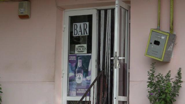Atac sângeros în apropierea unui bar din Huși. Un bărbat a fost înjunghiat cu o foarfecă de grădină de către un necunoscut