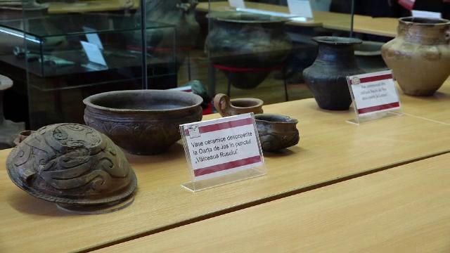 """Vase și arme de mii de ani, prezentate într-o expoziție din Maramureș. """"Ne provoacă să ne gândim"""""""