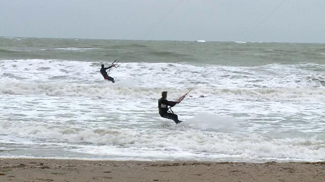 """Cei mai buni kite-surferi din România au făcut spectacol la malul mării: """"E vremea perfectă"""""""