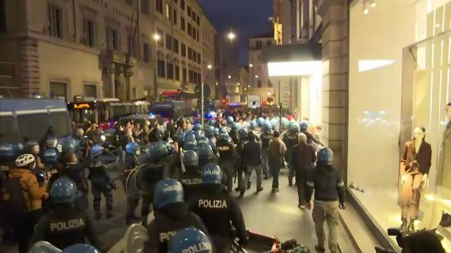 Proteste violente în Italia împotriva certificatului verde la locul de muncă, în timp ce Rusia are un record de decese
