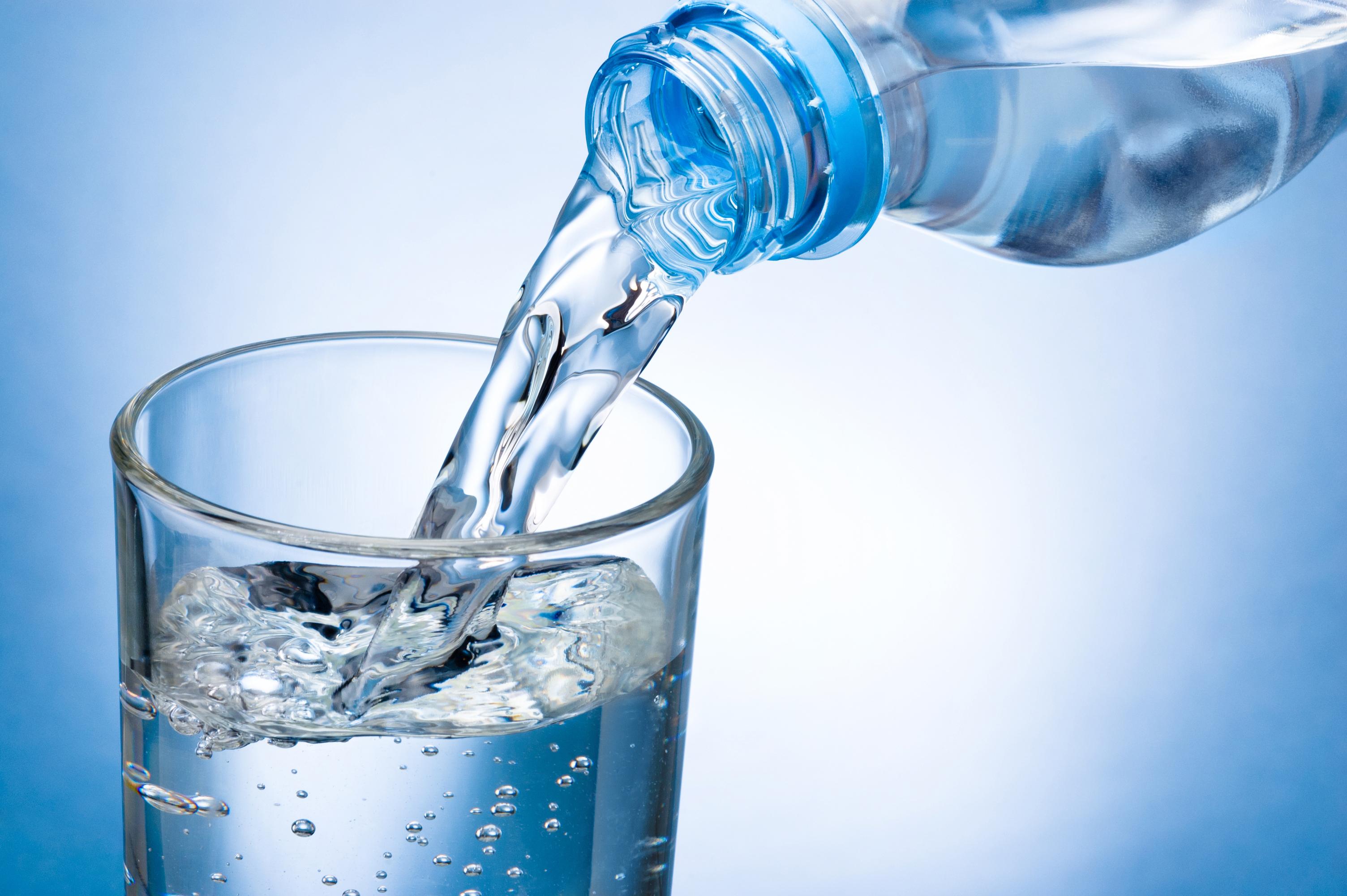 Apa minerală nu este indicată pentru copii. De la ce vârstă se poate diversifica sursa de apă potabilă