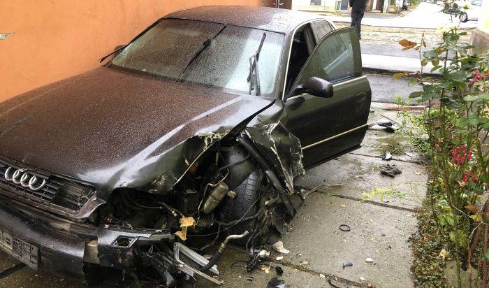 Accident bizar în Arad: o bătrână s-a trezit cu o mașină distrusă în curte. Șoferul a plecat cu plăcuțele de înmatriculare