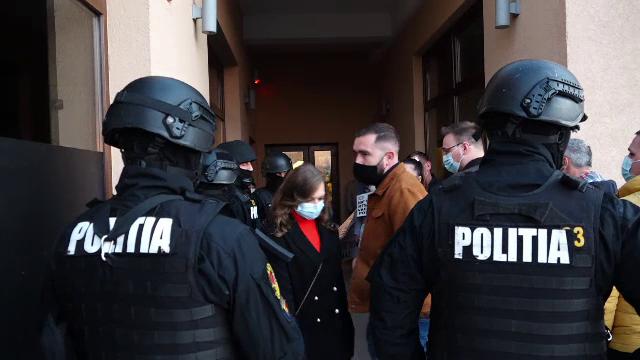Două nunți și un botez, oprite de polițiști și de mascați într-o localitate din Maramureș