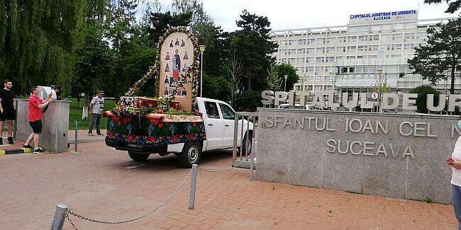 Arhiepiscopia Sucevei a scos moaștele Sfântului Ioan cel Nou pe străzi pentru a lupta împotriva pandemiei Covid-19