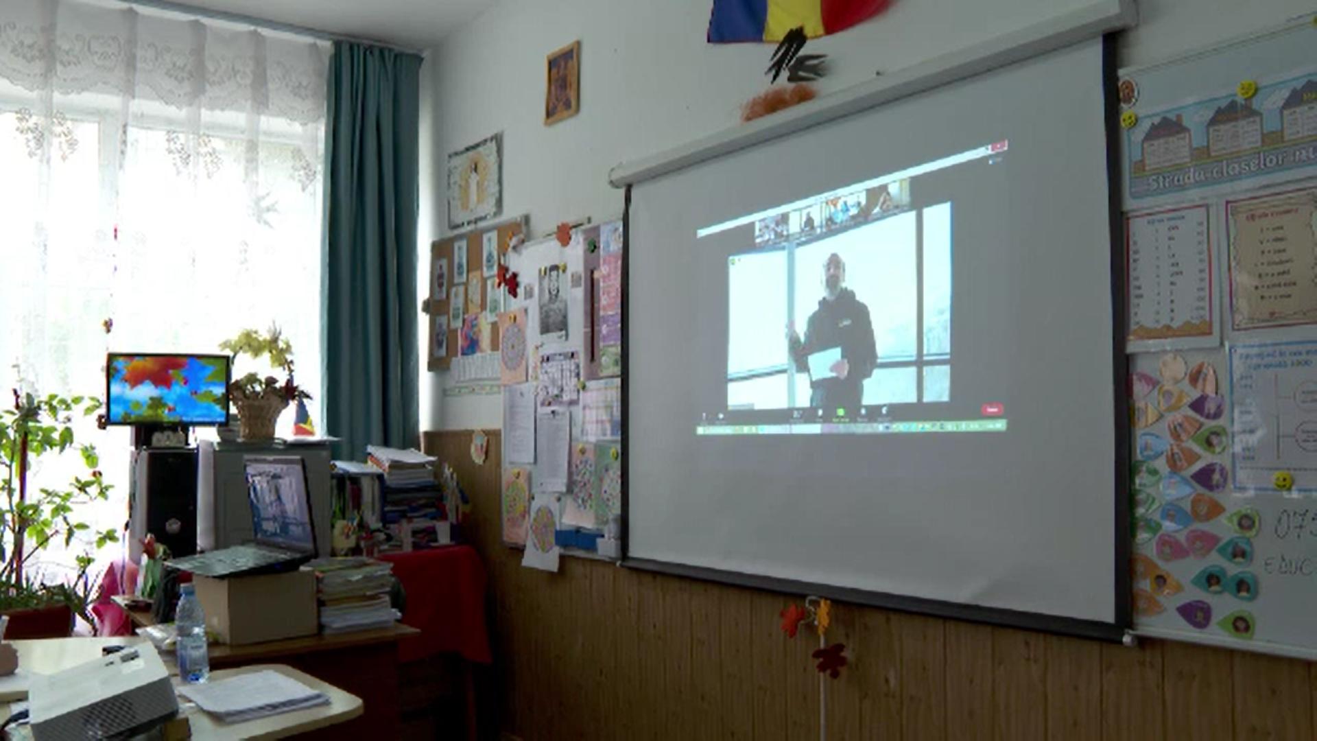 """""""Educație la înălțime"""". Asociația care transmite online lecții filmate cu drona din diferite colțuri ale țării"""