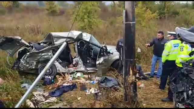 Accident grav pe DN6. Două persoane au murit, după ce două mașini s-au izbit violent