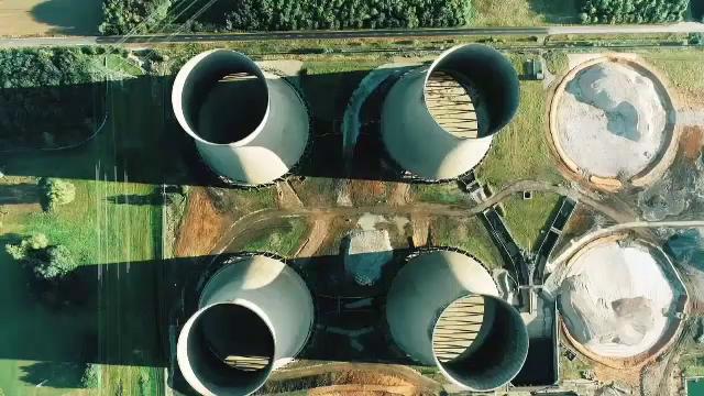 Turnurile de răcire a unei centrale din Marea Britanie, puse la pământ, printr-o explozie controlată