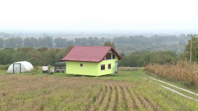 A construit o casă rotativă pentru a-și impresiona soția. În cât timp face o rotire completă