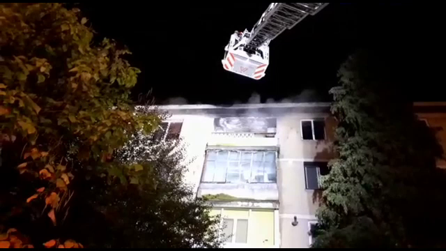 O fată de 15 ani a sărit de la etajul patru, în Tulcea. Incendiul îi cuprinsese apartamentul