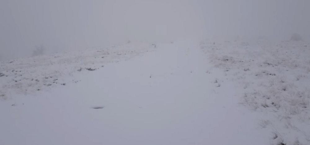 A nins în Masivul Vlădeasa. Stratul de zăpadă a depășit 5 centimetri