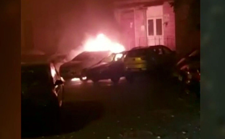 Mașinile dintr-o parcare au ars, în Galați. Proprietarii nu au putut să iasă din bloc pentru că s-a topit ușa