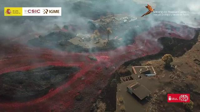 """Vulcanul de pe insula La Palma continuă să arunce lavă în aer. Bucățile de rocă sunt """"mari cât clădirile cu trei etaje"""""""